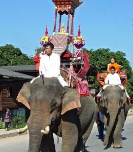 Défilé, éléphants avec pavillon du Bouddha et moine