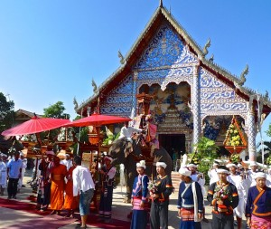 Les moines en attente devant le temple