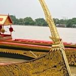 Barge Ekachai Lao Thong avec proue laquée noir et or et décorations florales Poudtaan