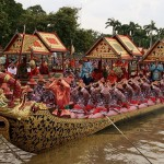 Barge Sukriip Khrong Muang; l'équipage salue d'un wai Mae Ya Nang, esprit féminin demeurant sur chaque barge