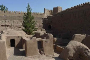Tour d'angle de la muraille et quartier de la population