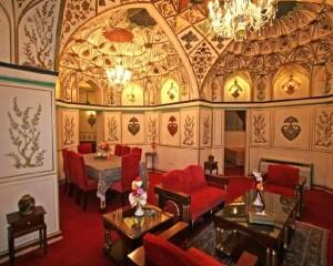 Intérieur avec parois et plafond décorés