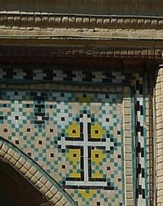 Croix arménienne à l'entrée de l'église
