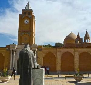 Kelisa-ye vank, vue de l'extérieur; au premier plan la statue de l'archevêque David XVII