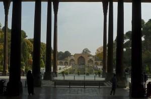 Vue sur l'entrée et le bassin depuis le palais