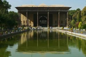 Le Palais se reflétant dans le bassin