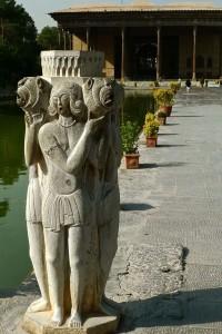 Sculpture de jeunes filles avec des lions près du bassin