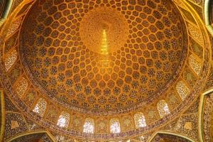 Salle de prière, plafond de la coupole avec queue de paon dessinée par la lumière