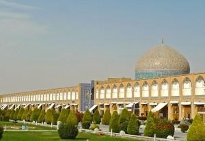 L'entrée de la mosquée coupe l'alignement du Bazar