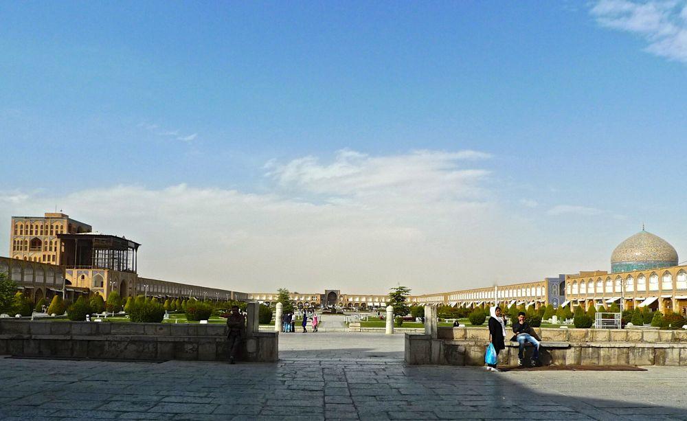 Vue de la Place de l'Imâm depuis le Sud : on distingue, à gauche le Palais d'Ali Qapu, à droite la mosquée du Sheik Lotfollah et au fond, la grande porte d'entrée du Bazar