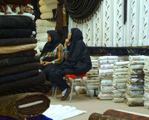Shiraz, Bazar-e Vakil, deux clientes chez le marchand de tissus