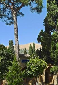 Jardin du mausolée avec vue sur la montagne