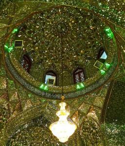 Dôme de la mosquée vu de l'intérieur, avec ses décorations en verre de Venise