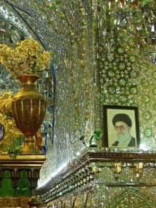 Salle de prière, portrait de l'Ayatollah Khamenei