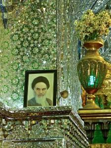 Salle de prière, portrait de l'Ayatollah Khomeini