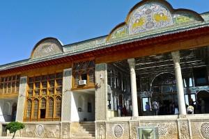 Entrée du Palais; à gauche le porche à miroirs