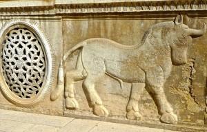 Bas-relief extérieur, taureau