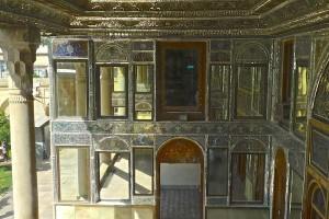 Intérieur du porche à miroirs