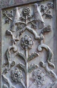 Trône de marbre, bas-relief de fleurs et oiseaux