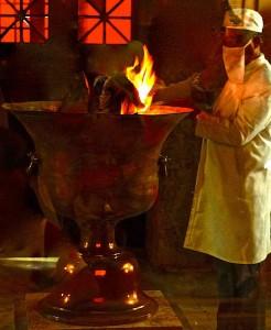 Prêtre zoroastrien alimentant le Feu sacré