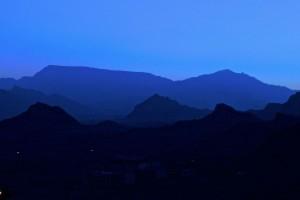 Montagnes environnantes la nuit