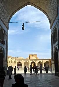 Portail d'entrée de la mosquée, vue sur la cour intérieure