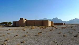 Le caravansérail est entouré de désert pierreux et de steppe