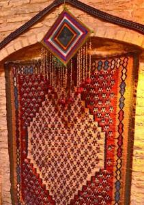 L'intérieur est décoré avec des tapis nomades