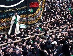 Yazd, fête de l'Ashura, le seyyed guide les porteurs (© fars.a.)