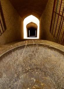 Descente vers un qanat dans la vieille ville de Yazd