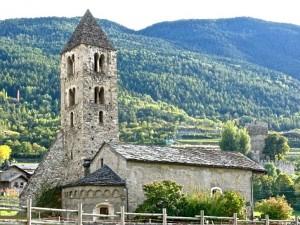 Chapelle Ste Marie-Madeleine, côté Est; à l'arrière-fond, en haut à droite, le château des La Tour de Villa