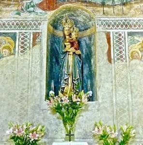 La statue de la Vierge et de l'Enfant