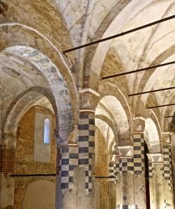 Abbaye, colonnes et nef latérale