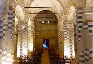 Abbaye, nef centrale avec portail d'entrée
