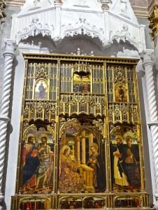 Polyptyque de l'Annonciation surmonté d'un baldaquin en marbre des Gagini, Giovanni Mazzone, 1469; à gauche les saints Jacques et Jean, à droite les saints Dominique et Sébastien, en haut scène du Calvaire. Les Gagini sont des sculpteurs tessinois de Bissone, installés à Gênes depuis 1448.