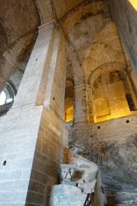 L'escalier des Morts, avec les niches abritant les sépulcres des moines