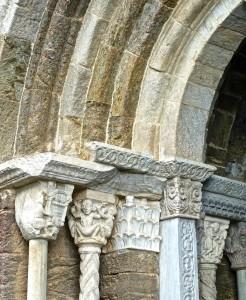 Portail du Zodiaque/1 avec les chapiteaux sculptés par Nicolao au XIIe siècle