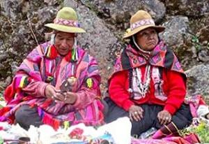 Chaman de Q'ero avec son épouse, préparant le despacho (autel) en vue du rituel