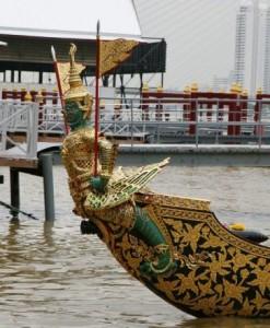 Figure de proue de la barge Asura Paksi avec Yak et Oiseau