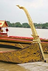 Figure de proue de la barge Ekachai Lao Thong laquée noir et or et décorations florales Poudtaan
