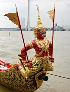 Figure de proue de la barge Sukriip Khrong Muang avec son singe Krabi rouge