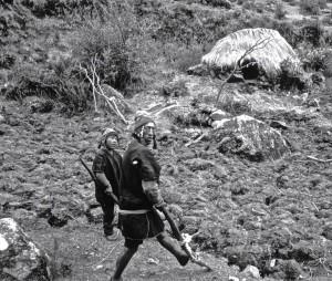 Chemin de Q'ero Chua Chua, laboureur à la chakitaqlla avec son fils