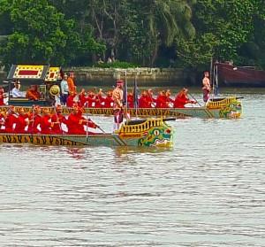 Les barges Ekachai Lao Thong et Ekachai Hoen Hao avec en proue la représentation du crocodile mythique Hera