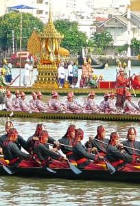 En troisième position, barge avec pavillon abritant les robes du kathin