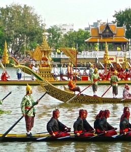 Convergence de barges, en troisième position la barge avec le pavillon abritant les robes
