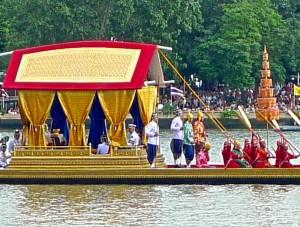 Barge royale Anekchatphouchong avec personnages de la Cour