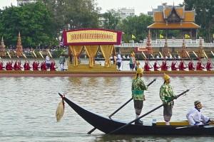 A l'arrière-fond, barge royale avec personnage de la Cour